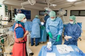 Vorbereitung eines Diagnostik-Katheters durch Dr. Longwitz, Dr. Weber und MTRA Nicole Schindler