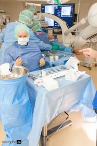 Vorbereitung der Schleuse für den Aortenstent durch OP-Schwester Vanessa